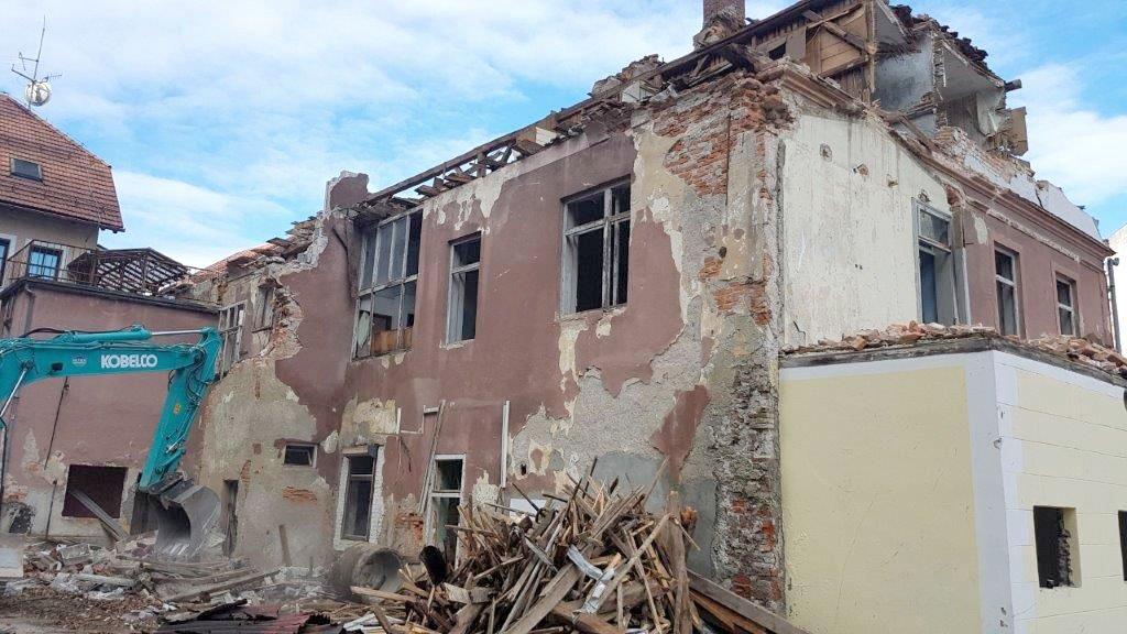 Pričeli z rušenjem objekta Stari trg 11 v Starem Velenju