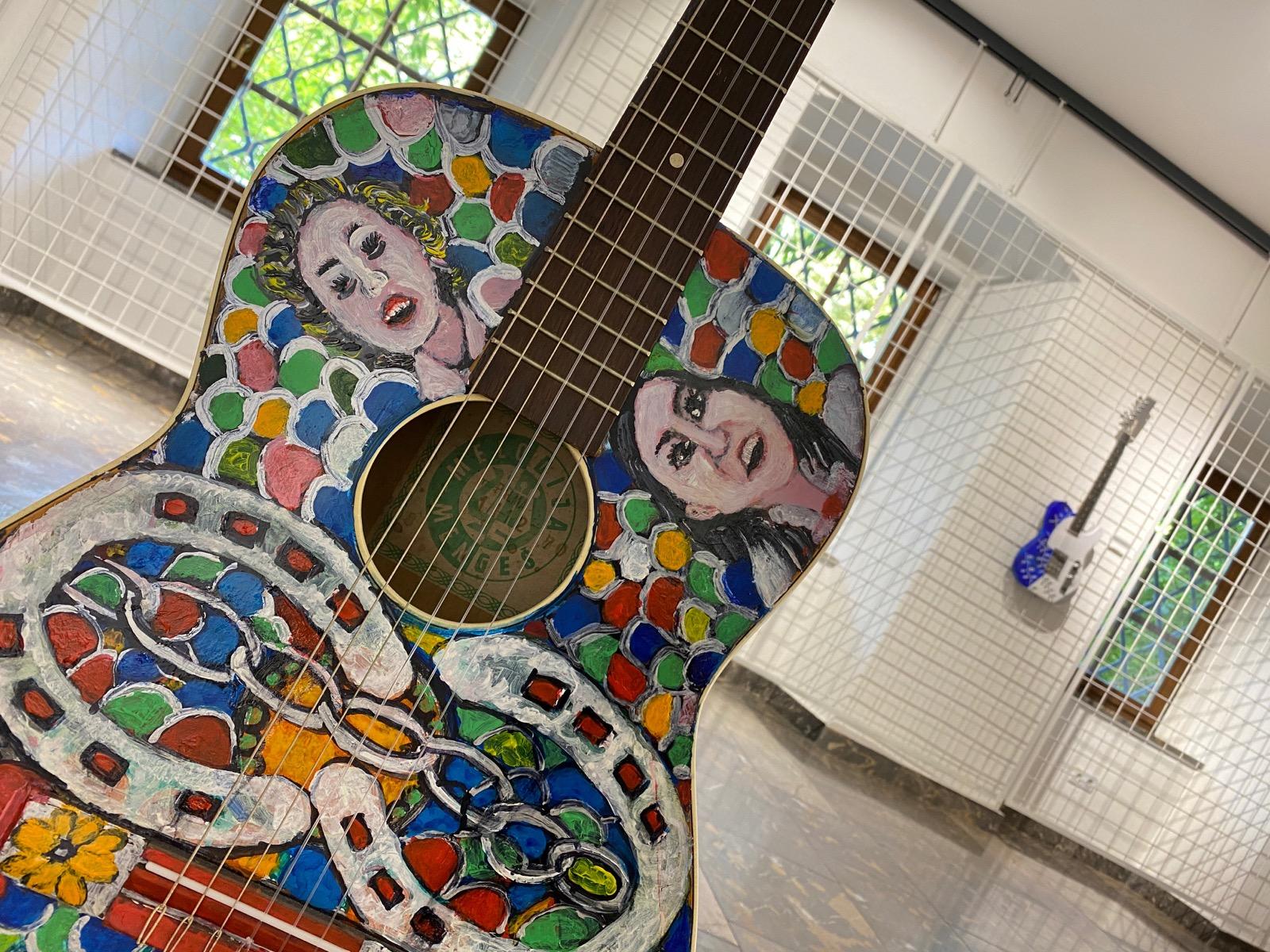 V Vili Bianca so na ogled poslikana glasbila