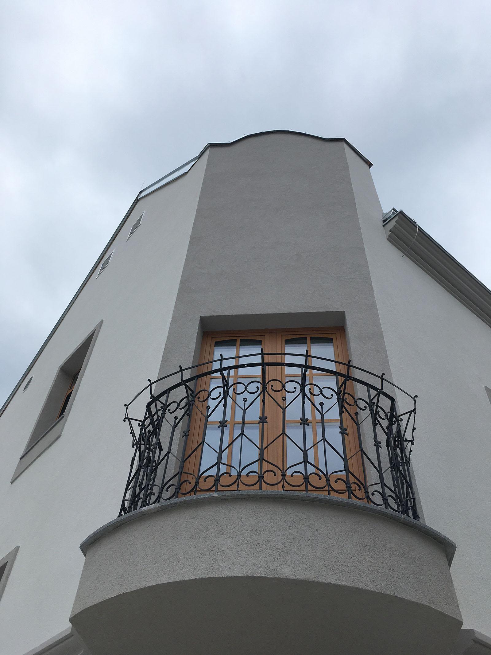 Ograja na balkonu že sije v vsej svoji lepoti