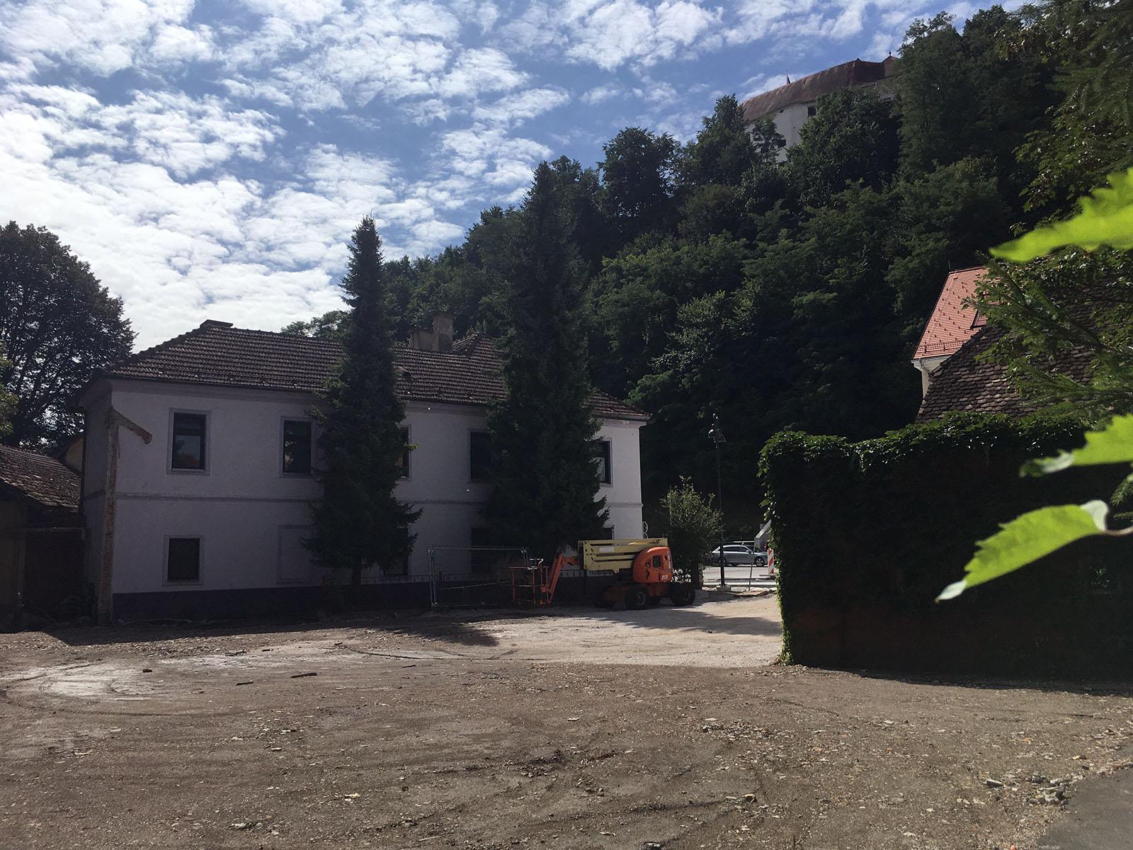 V Starem trgu hiša manj